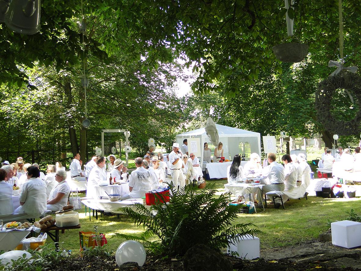 Dinner in Weiß im Schlosspark